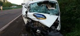 Três pessoas ficam feridas em colisão frontal na BR 386